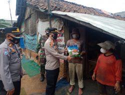 Empaty Building Kapolsek Bantar Gebang Berikan Beras ke Pemulung di Cikiwul
